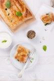 Traditionelle Torte mit Lachsen, Spinat und Basilikum Lizenzfreie Stockbilder