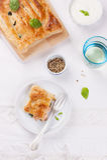 Traditionelle Torte mit Lachsen, Spinat und Basilikum Stockbilder