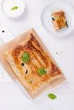 Traditionelle Torte mit Lachsen, Spinat und Basilikum Stockfotos