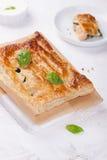 Traditionelle Torte mit Lachsen, Spinat und Basilikum Stockbild