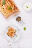 Traditionelle Torte mit Lachsen, Spinat und Basilikum Lizenzfreie Stockfotografie