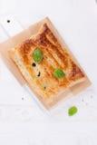 Traditionelle Torte mit Lachsen, Spinat und Basilikum Lizenzfreies Stockfoto