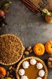 Traditionelle Torten des Falles Kürbis, Pekannuss und Apfel zerbröckeln