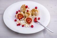Traditionelle tschechische Erdbeerquarkmehlklöße mit geschmolzener Butter stockbilder