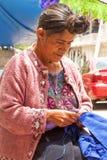 Traditionelle Tzotzil-Frau am Nähen stockbild