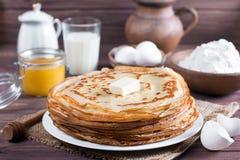 Traditionelle ukrainische oder russische Pfannkuchen auf einer Platte mit Butter Russisches bliny Lizenzfreie Stockbilder