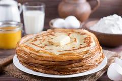 Traditionelle ukrainische oder russische Pfannkuchen auf einer Platte mit Butter Russisches bliny Lizenzfreies Stockfoto
