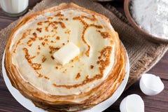 Traditionelle ukrainische oder russische Pfannkuchen auf einer Platte mit Butter Russisches bliny Stockbild