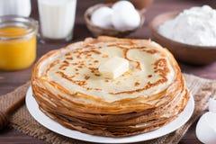 Traditionelle ukrainische oder russische Pfannkuchen auf einer Platte mit Butter Russisches bliny Stockfoto