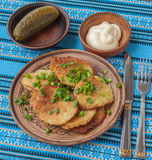 Traditionelle ukrainische selbst gemachte Kartoffelpfannkuchen (draniks) Lizenzfreies Stockfoto