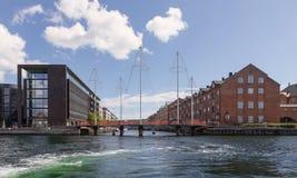 Traditionelle und moderne Architektur auf den zwei Seiten des Kanals in Kopenhagen lizenzfreie stockbilder