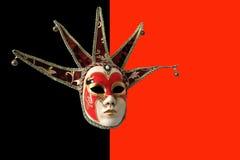 Traditionelle venetianische Maske auf einem schwarzen und roten Hintergrund Lizenzfreie Stockfotos