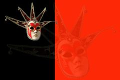 Traditionelle venetianische Maske auf einem schwarzen und roten Hintergrund Lizenzfreies Stockbild