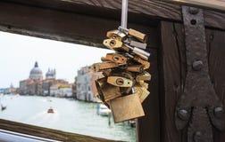 Traditionelle Verschlüsse auf Brücke mit unscharfem Canal Grande auf backgrou Lizenzfreies Stockfoto