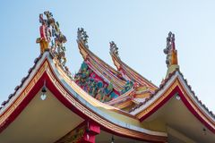 Traditionelle Verzierung des thailändischen Tempel-Dachs in Bangkok lizenzfreies stockbild
