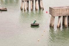 Traditionelle vietnamesische Boote im Hafen Lizenzfreie Stockbilder