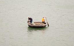 Traditionelle vietnamesische Boote im Hafen Lizenzfreies Stockfoto