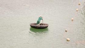 Traditionelle vietnamesische Boote im Hafen Lizenzfreie Stockfotos