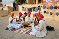 Traditionelle Volksmusikband des nationalen Liedes Rajasthan-Spiels im Freien Stockfotografie