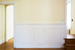 Traditionelle Wand mit Wainscoting-Platte Stockbilder