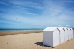 Traditionelle weiße hölzerne Strandkabinen auf dem Strand von Villers, Normandie Frankreich lizenzfreies stockbild