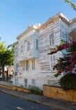 Traditionelle weiße Holzhäuser auf Türkisch Stockbilder