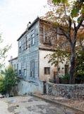 Traditionelle weiße Holzhäuser auf Türkisch Lizenzfreie Stockbilder