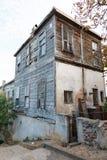 Traditionelle weiße Holzhäuser auf Türkisch Stockfotografie