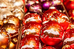 Traditionelle Weihnachtsbälle mit Dekoration Stockfotografie