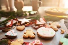 Traditionelle Weihnachtsplätzchen auf Küchentisch Lizenzfreies Stockfoto