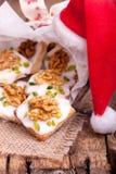 Traditionelle Weihnachtsplätzchen mit Walnuss Stockbilder