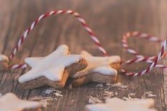 Traditionelle Weihnachtszimtsterne auf hölzernem Hintergrund lizenzfreies stockfoto