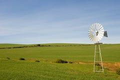 Traditionelle Windmühle in einer grünen Weide Lizenzfreie Stockfotos