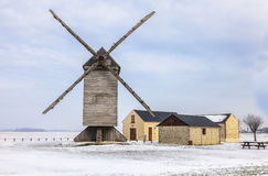 Traditionelle Windmühle im Winter Stockfotos