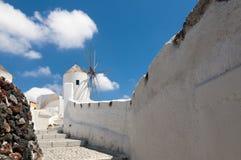 Traditionelle Windmühlen auf der Insel von Santorini, Griechenland Stockfotos