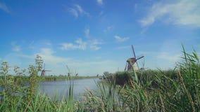 Traditionelle Windmühlen bei Holland UNESCO-Welterbe stock video footage
