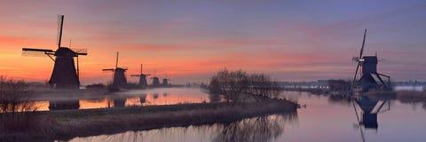 Traditionelle Windmühlen bei Sonnenaufgang, Kinderdijk, die Niederlande Stockbild