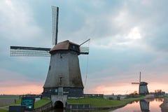 Traditionelle Windmühlen in einer niederländischen Landschaft in den Niederlanden Lizenzfreie Stockbilder