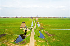 Traditionelle Windmühlen in einer niederländischen Landschaft in den Niederlanden Lizenzfreie Stockfotografie