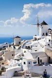 Traditionelle Windmühlen im Dorf von Santorini Stockbilder