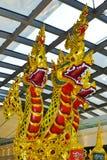 Traditionelle Zusammensetzung der Skulpturen innerhalb Bangkok-Flughafens stockfotografie