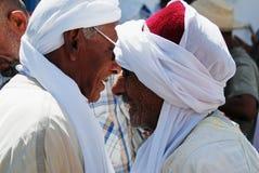 Traditionellen Arabers in der Diskussion, Douz, Tunesien Lizenzfreies Stockfoto