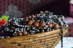 Traditioneller afrikanischer Schmuck gestapelt im Strohkorb an historischem Fon-` s Palast, Bafut, Kamerun, Afrika Stockbild