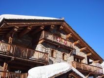 Traditioneller alpiner Ski Chalet Lizenzfreies Stockfoto