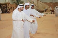 Traditioneller arabischer Tanz an Abu Dhabi International Hunting und an der Reiterausstellung (ADIHEX) 2013 lizenzfreie stockfotografie