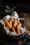 Traditioneller Asiat Fried Spring Rolls im Bambuskorb mit Dippi Stockbild