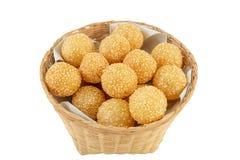 Traditioneller asiatischer Nachtisch, Ball des indischen Sesams im Korb auf weißem backgr lizenzfreies stockfoto