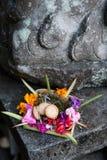 Traditioneller Balinese, der Göttern mit Blumen anbietet Stockfotos
