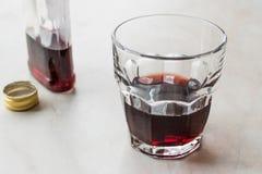 Traditioneller Balkan-Alkoholiker Brandy Cherry Rakija/Rakia lizenzfreie stockbilder