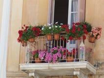 Traditioneller Balkon und Blumen stockfotos